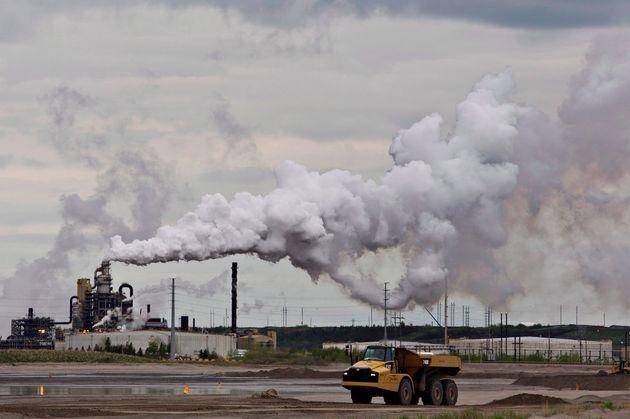 ダンプトラックは、アルタのフォートマクマリー市近くのシンクルードオイルサンド抽出施設の近くで機能しています。