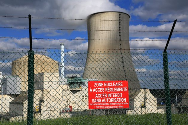 La durée minimale pour démanteler une centrale nucléaire est estimé entre...