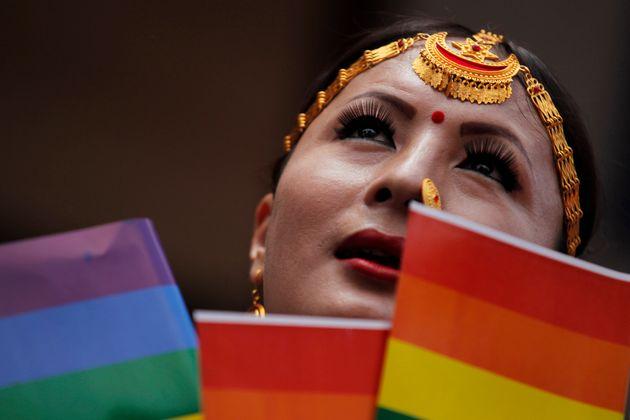Nesta foto de 16 de agosto de 2019, um participante segura uma bandeira de arco-íris antes de...