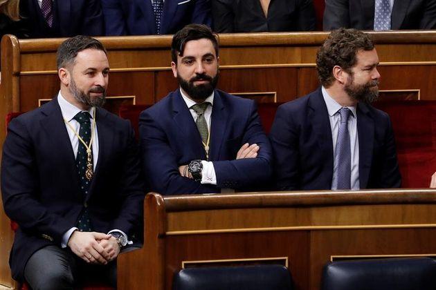 Los diputados de Vox Santiago Abascal e Iván Espinosa de los Monteros, junto al senador Jacobo González-Robatto...