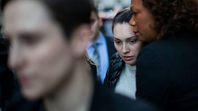 Jessica Mann (centro) na saída da Suprema Corte de Nova York, em Manhattan, após testemunhar...