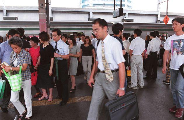 通勤時間帯、埼京線に乗り降りする人たち(2000年撮影・イメージ)