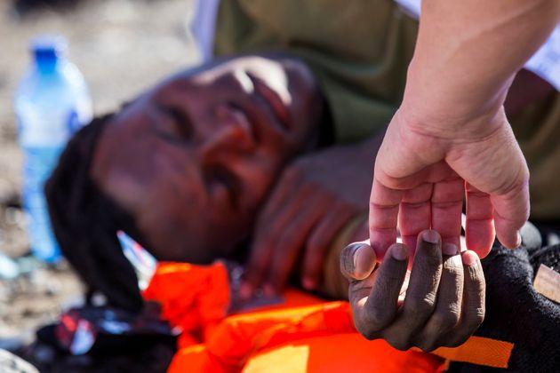 Un migrante es atendido tras llegar en patera a una playa de Gran Canaria, el pasado 29 de