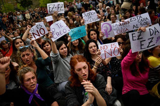 Manifestación ante la Audiencia de Navarra en defensa de la víctima de La Manada, en abril...