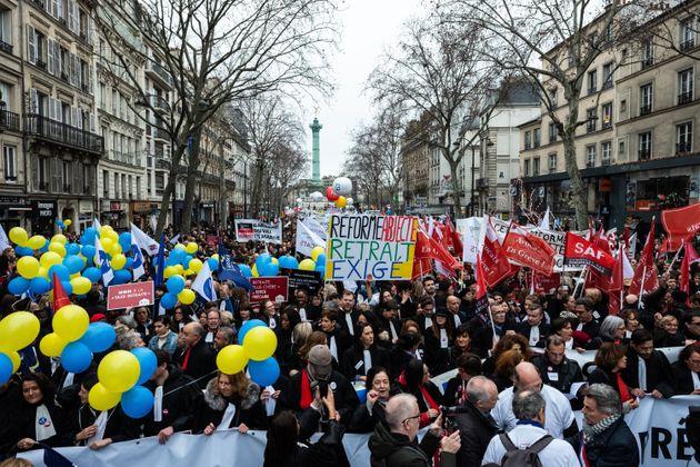 Des milliers d'avocats, de greffiers et de magistrats manifestent de la place de la Bastille à...