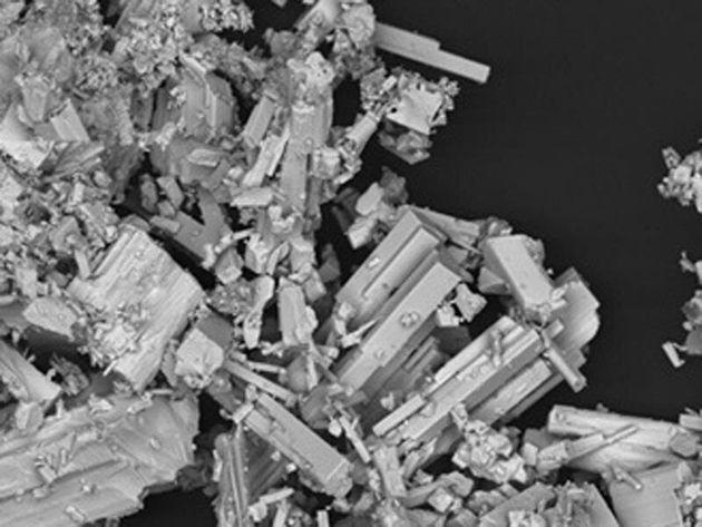Fragmento de coltán (niobio y tántalo), visto en el Laboratorio de Microsccopíadel...