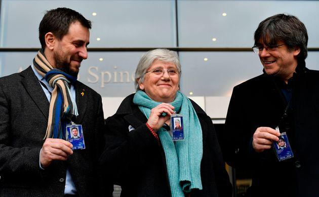Antoni Comin, Clara Ponsati y Carles Puigdemont, posando hoy en la sede del Parlamento europeo en