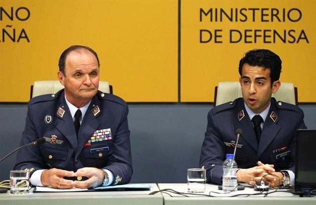 El jefe de Estado Mayor del Ejército del Aire, general Javier Salto Martínez-Avial (i) y el capitán Roberto...