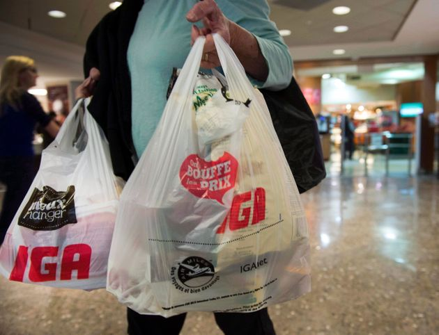 女性が2015年5月15日にモントリオールの食料品店を出ます。IGAはプラスチックの廃止を開始しました