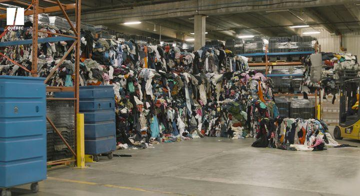 Chaque année, Renaissance reçoit et trie plus de 8 600 tonnes de vêtements de seconde main.