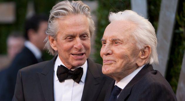 Michael Douglas a rendu hommage à son père Kirk Douglas, ici en février 2012 à la soirée des Oscars organisée...