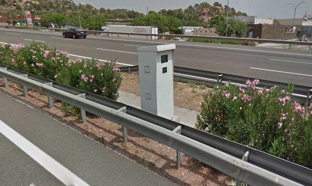 El radar ubicado en el kilómetro 478,1 de la AP-7, en el área de servicio de Sagunto (Valencia), es el...