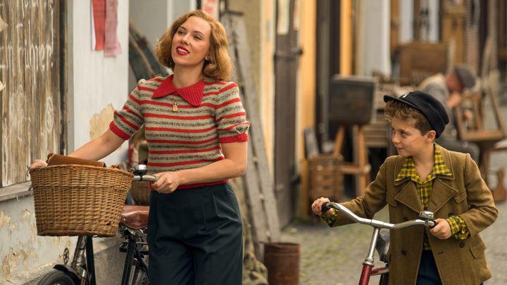 Scarlett Johansson yRoman Griffin en una escena de la película.