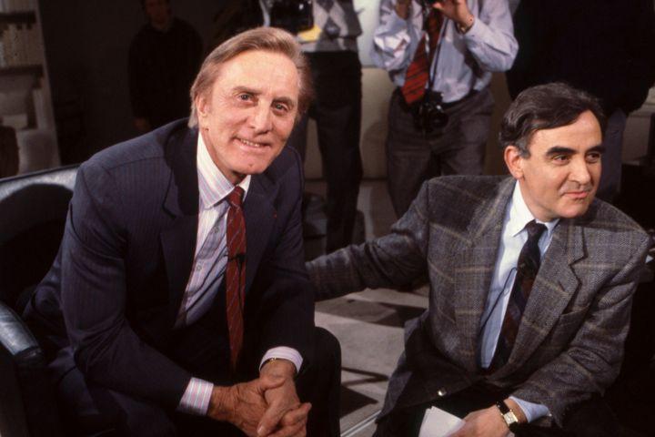 Kirk Douglas (gauche) sur le plateau de l'émission «Apostrophes» à Paris le 27 janvier 1989.