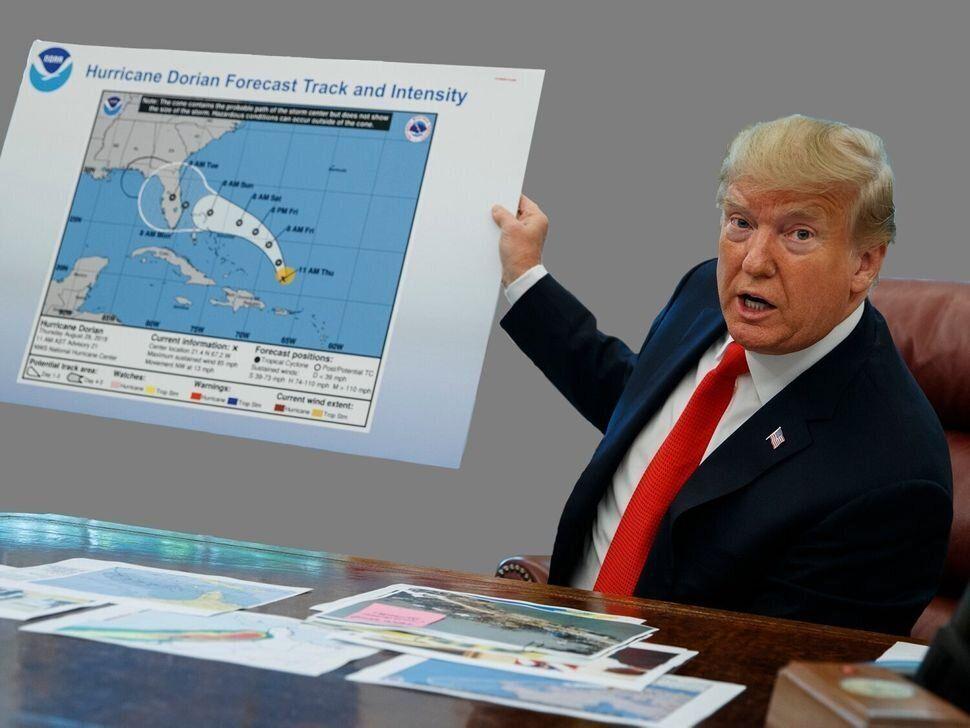 Trump sostiene un gráfico con el pronóstico del huracán Dorian, anotado con un rotulador...