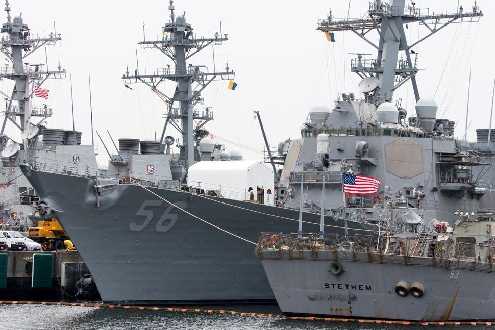 El buque militar USS John S. McCain estaba atracado en Japón lejos de las miradas el 1 de junio...
