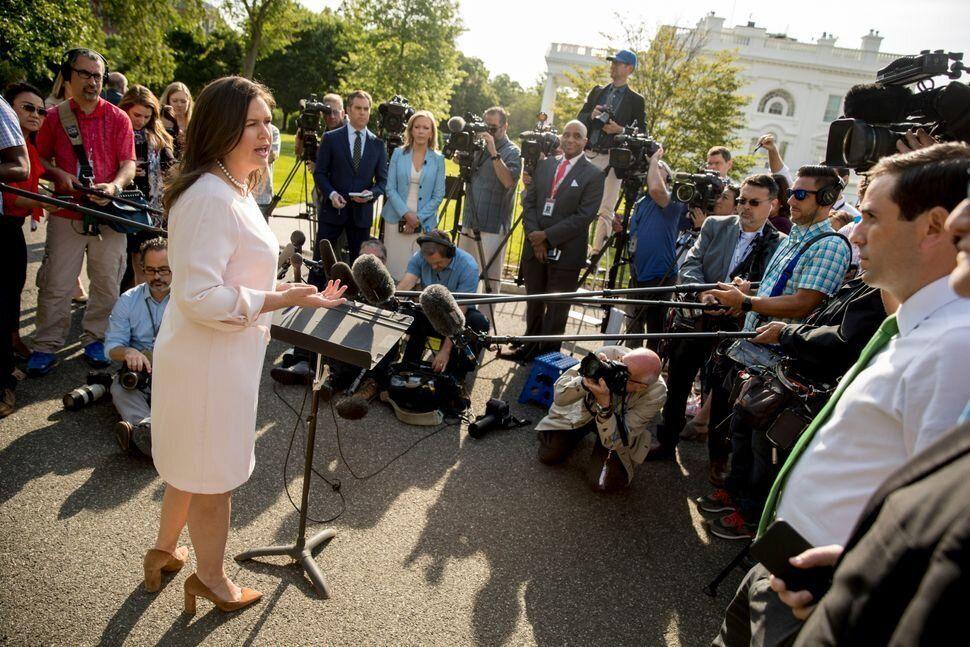 La secretaria de prensa Sarah Huckabee Sanders se dirige a los periodistas en el jardín norte...