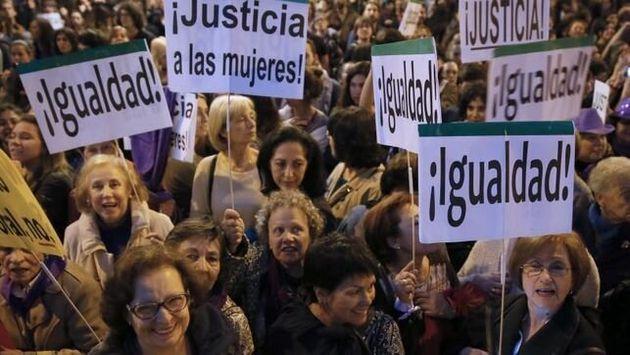 Mujeres pensionistas en una manifestación por la