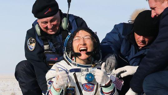 Astronauta retorna à Terra e bate recorde feminino após ficar 328 dias no