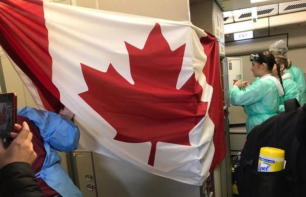 Un drapeau du Canada a été accroché dans l'avion qui ramène une partie des...