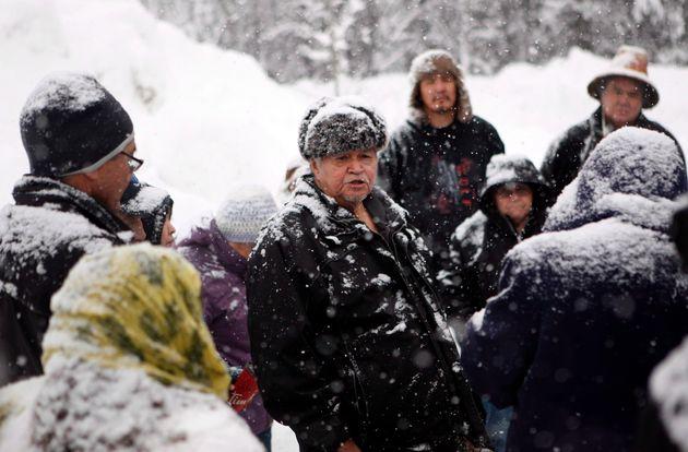 Gidimt'en氏族の遺伝的リーダーであるチーフ・マデックは、Wet'suwet'enの人々の支持者と話しています...