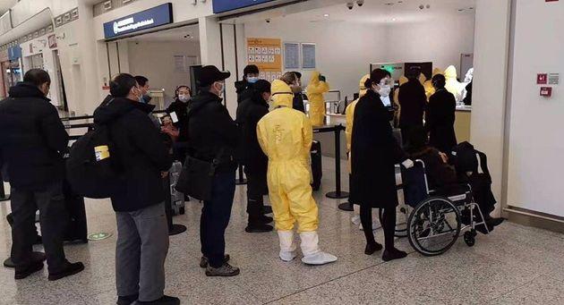 Des gens font la file à l'aéroport de