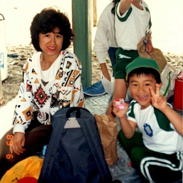幼い頃の五十嵐さん(右)と母(左)