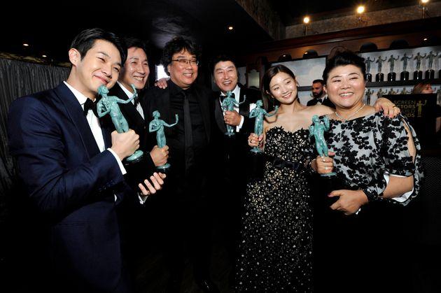 『パラサイト』はアカデミー賞と投票者が一部重複しているPGA(全米プロデューサー組合賞)でも作品賞を受賞。ポン・ジュノ監督(左から3盤面)とキャスト