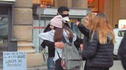 '나는 바이러스가 아니다' : 이탈리아에서 한 중국계 이탈리아인이 '프리허그' 시위를