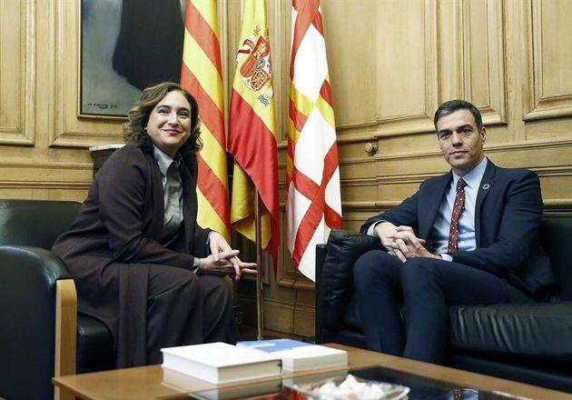 La alcaldesa de Barcelona, Ada Colau,este viernes en la sede del Ayuntamiento junto al presidente del...