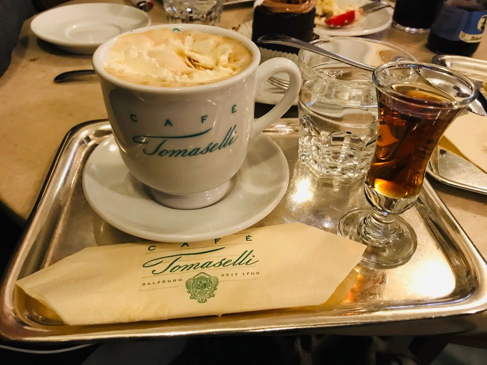 Καφέ με amaretto στο ιστορικό Tomaselli (έτος ίδρυσης 1703)