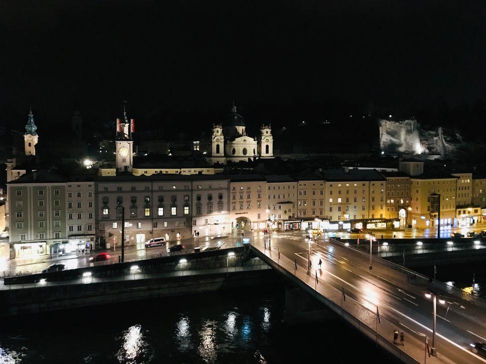 Πέφτει η νύχτα και η θέα στο Σάλτσμπουργκ αλλάζει και η Παλιά Πόλη συστήνεται ξανά στον επισκέπτη
