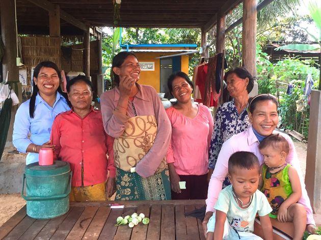 男手や若手が出稼ぎに出る中、村に残って家庭を支える女性たち。