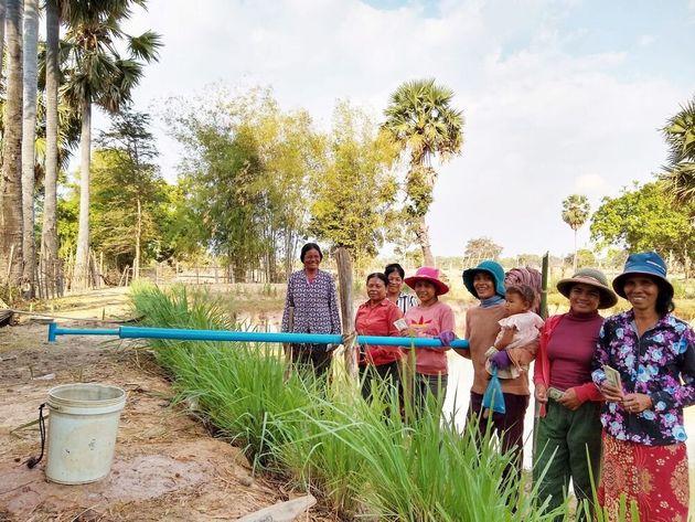 ため池の水を使って育てた作物から得た収入で、ポンプを共同購入した人たち