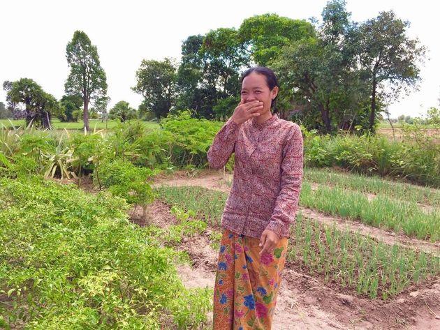 ため池の水を使って農業に取り組む女性