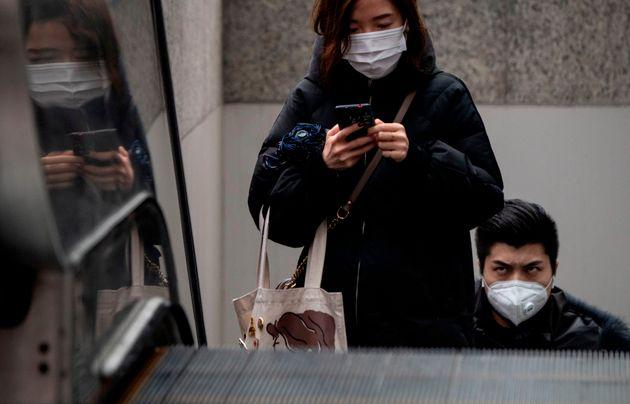 Des Chinois portant un masque de protection à Shanghai, vendredi 7 février