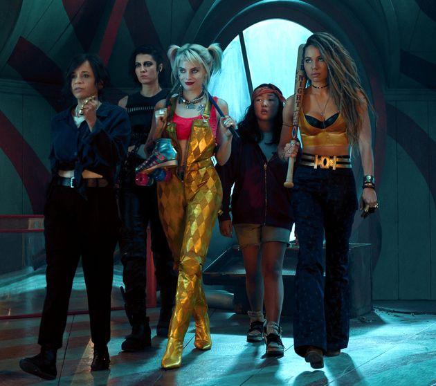 En el medio, Margot Robbie como Harley Quinn. De izquierda a derecha, Rosie Pérez como Renee Montoya, Mary Elizabeth ...
