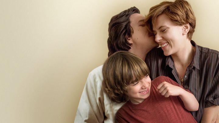 Adam Driver, Scarlett Johansson y Azhy Robertson en 'Historia de un matrimonio'.