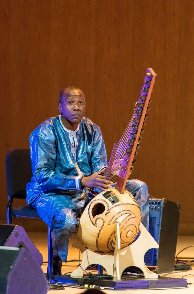 Le musicien malien Ballake Sissoko jouant de la