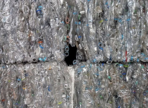 Βουδιστικός ναός ανακυκλώνει μπουκάλια και τα κάνει