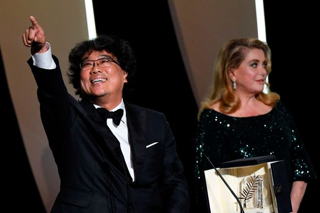 O cineasta Bong Joon-ho recebe a Palma de Ouro das mãos da atriz francesaCatherine
