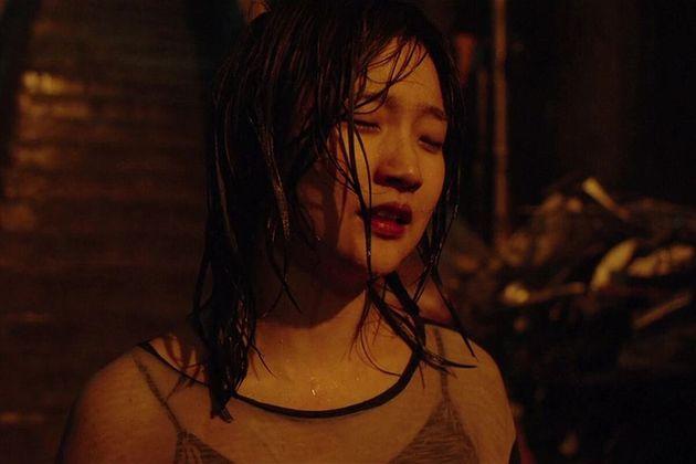 A atrizSo-dam Park na famosa sequência da descida das escadas na
