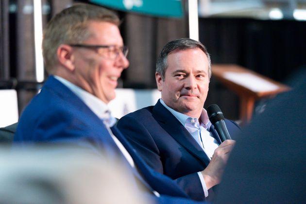 サスカチュワン州首相スコット・モーは、アルバータ州のジェイソン・ケニー首相が共同パネルディスカッションで見ていると笑います...