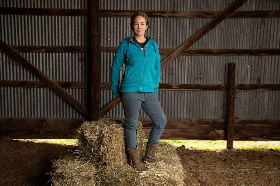 Megan Brown posa para un retrato en su rancho en el condado de Butte,