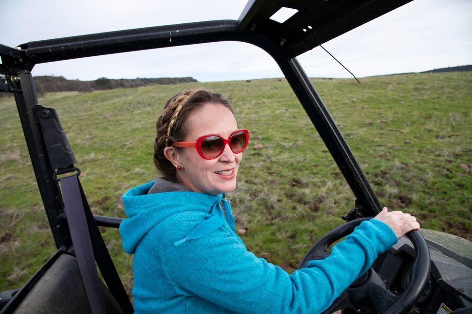 Brown conduce en su rancho en Butte