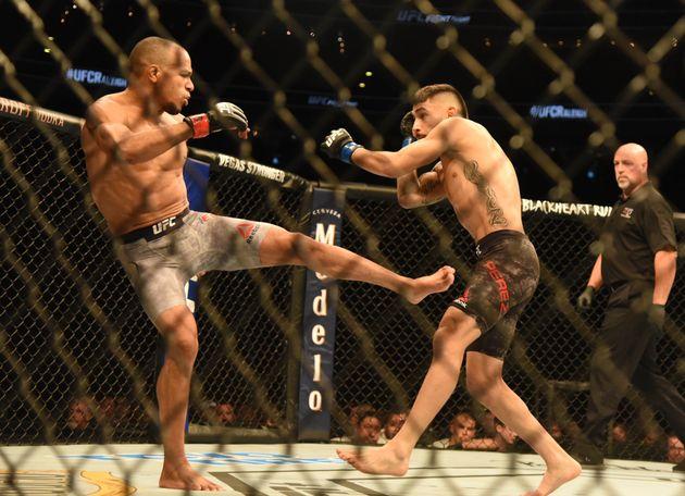 Alex Perez et Jordan Espinosa, deux combattants de MMA, lors d'un match aux États-Unis en janvier