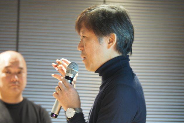 フルサイズFoveonセンサーの試作品を見せるシグマの山木和人社長(2月8日撮影)