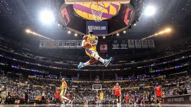 Face aux Houston Rockets, LeBron James a réussi un dunk monumental, qui s'est en fait avéré être un hommage...