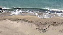 『あと少しがんばろう』浜辺にメッセージ。武漢からの帰国者が隔離される「勝浦ホテル三日月」