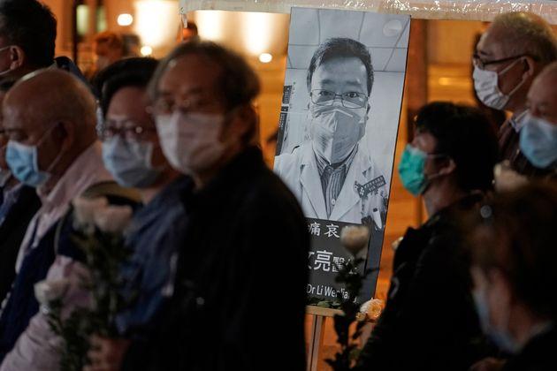 Des proches du médecins Li Wenliang lui rendent